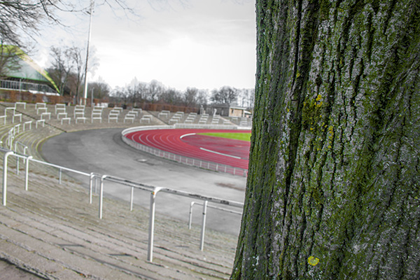 Een typisch Duits stadion: Sintelbanen en staantribunes