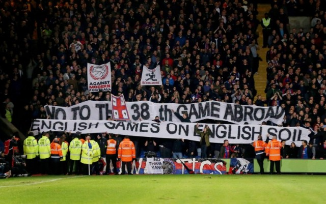 crystal palace supporters protesteren