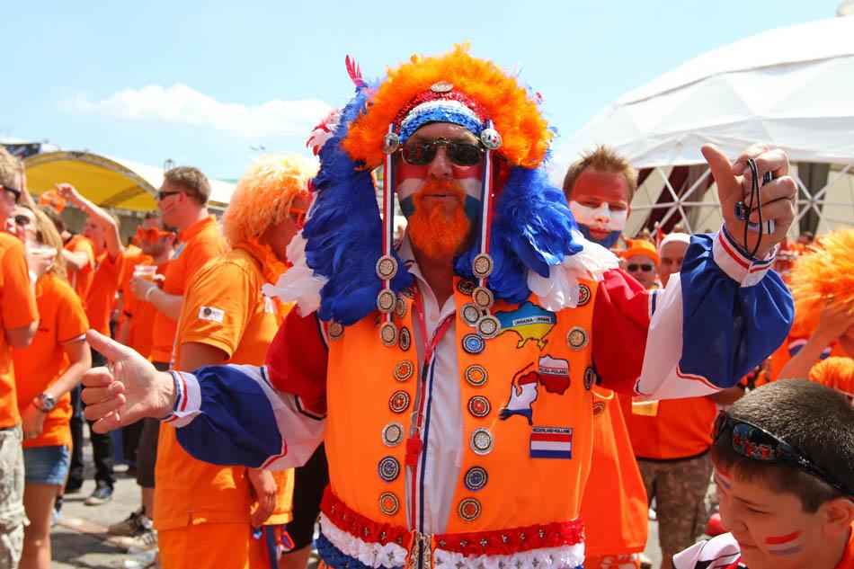 Supporters van Oranje die zich als clown verkleden.