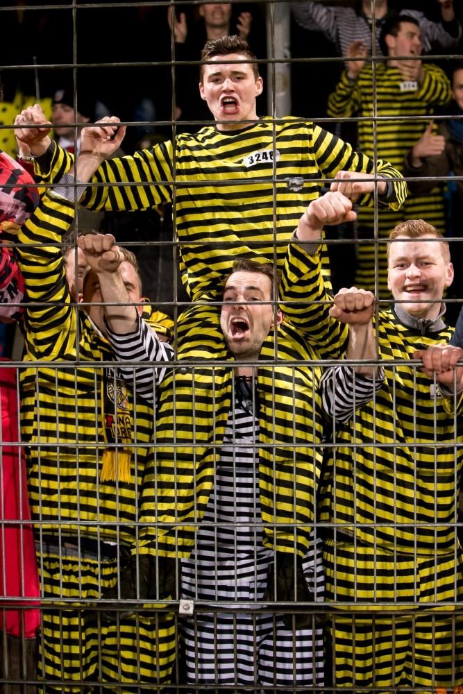 Supporters van NAC vieren carnaval in Dordrecht