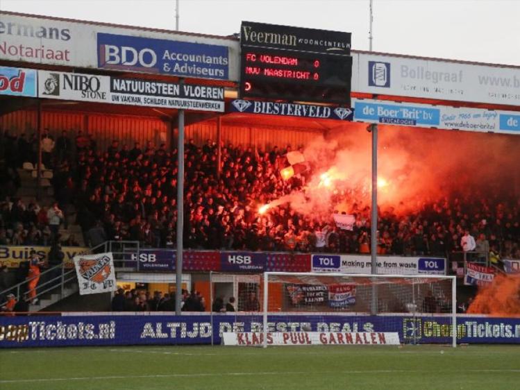 Supporterscultuur van FC Volendam is te zien in deze pyro bij de thuiswedstrijd tegen MVV