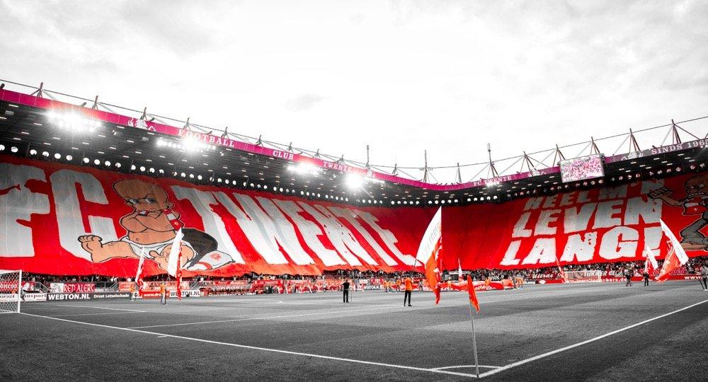 Vak P met een megadoek met daarop de tekst FC Twente heel m'n leven lang