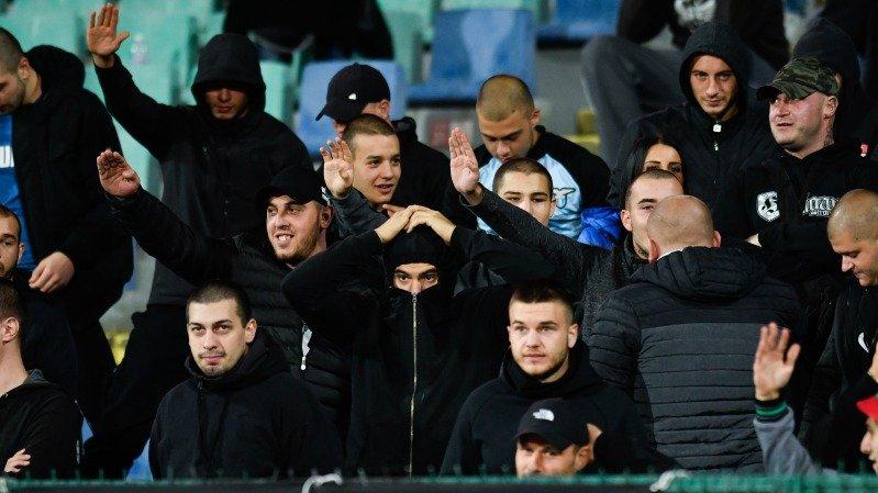 Supporters van Bulgarije met racistische leuzen en gebaren
