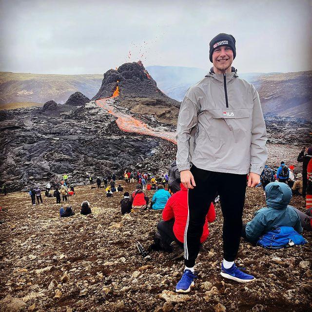 Guy Smit bij een vulkaan in Ijsland
