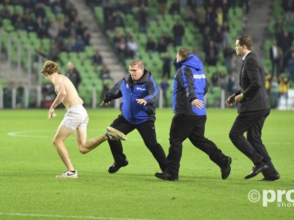 Supporters rennen het veld op bij FC Groningen