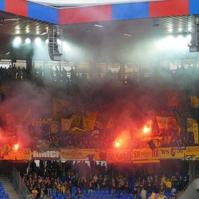 Beelden van supporters van FC Basel en Young Boys